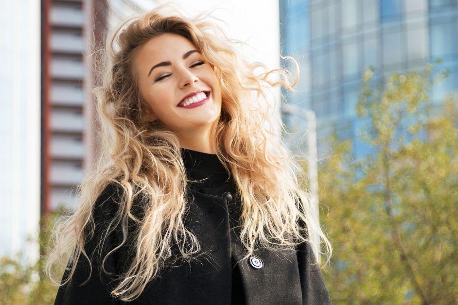 fille souriante cheveux blonds décoloration
