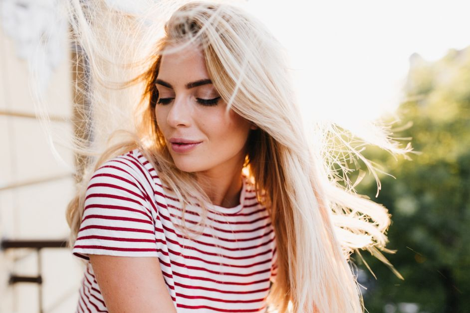 fille cheveux blonds décolorés