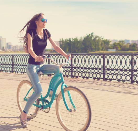 Le vélo. Pédalez, vous allez vite comprendre pourquoi ce moyen de déplacement écolo est votre allié pour votre objectif bikini de cet été.