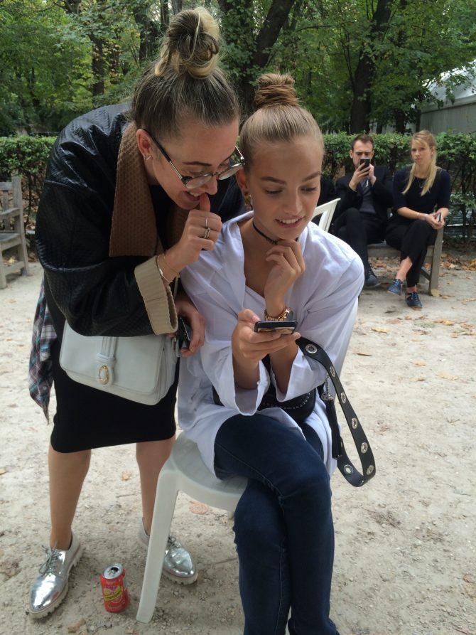 Jessie et Ine planifient leur semaine dans les coulisses de Dior printemps-été 2017