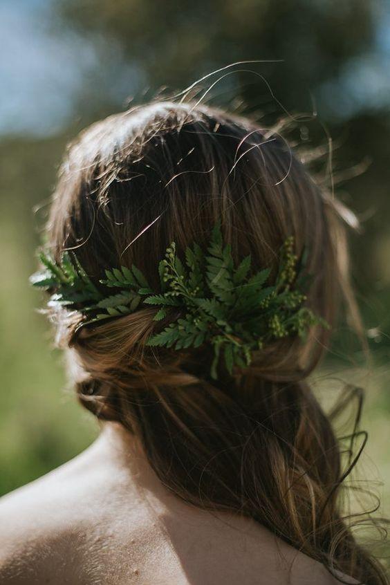Demi-couronne torsadée et ornée de feuilles vertes.