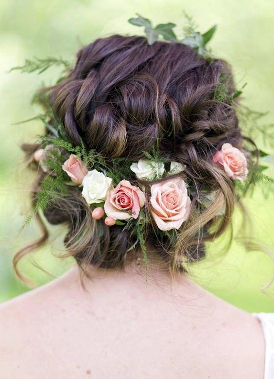 Petites fleurs roses pour donner un air romantique à une couronne.