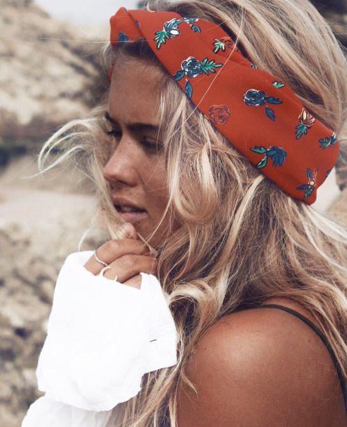 Foulard fleuri pour apporter une touche de couleur à son look.