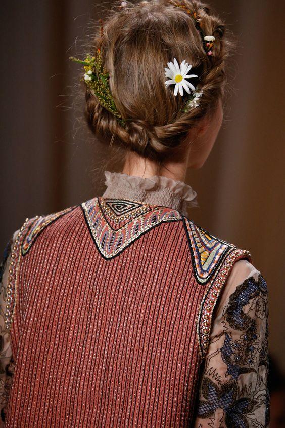 Couronne torsadée décorée avec des petites fleurs des champs.