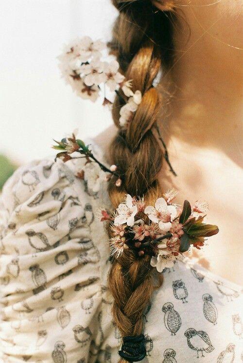 Tresse sur le côté décorée de petites fleurs blanches.