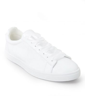 baskets-blanches-vernies-a-ruban