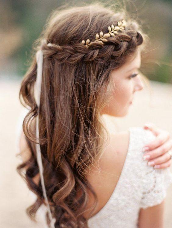 Couronne de tresse décorée d'un headband à petites feuilles dorées.