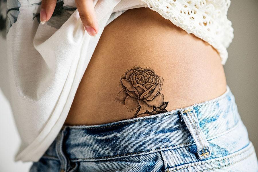 Hanche de femme tatouée.