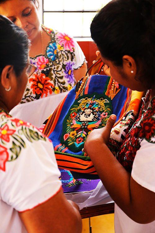 Le Mexicaba de Christian Louboutin brodé par les Mayas - 5