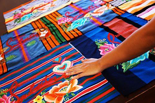 Le Mexicaba de Christian Louboutin brodé par les Mayas - 7