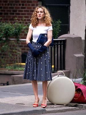carrie bradshaw en robe et mules rouges