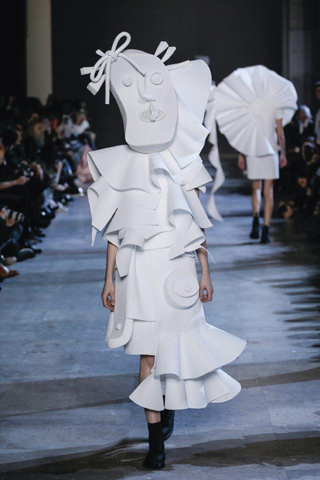 Viktor-&-Rolf-Performance-of-Sculptures-#18-Haute-Couture-LZ-2016