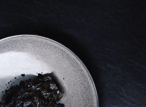 La recette insolite et 100% noire du chef Maarten Van Essche pour Eatcolor