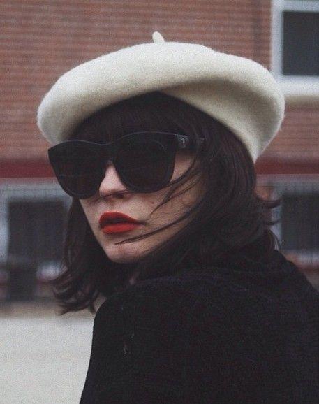 béret blanc et lunettes de soleil