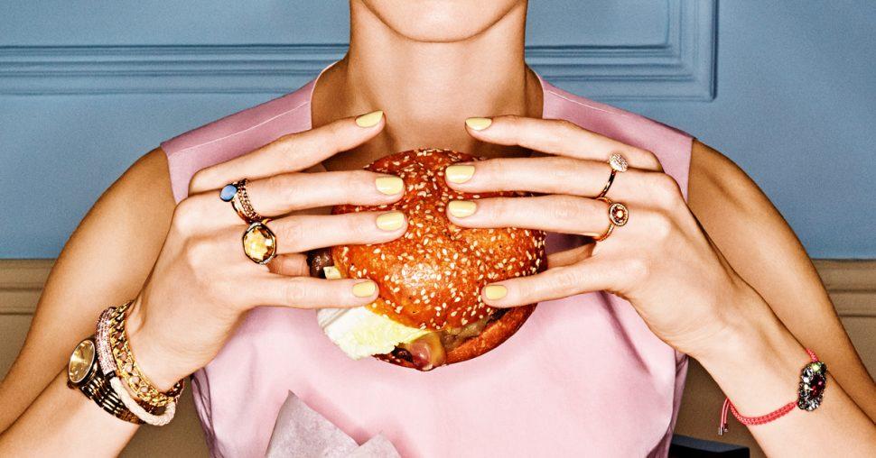 Une fille et un burger juicy, c'est incompatible?