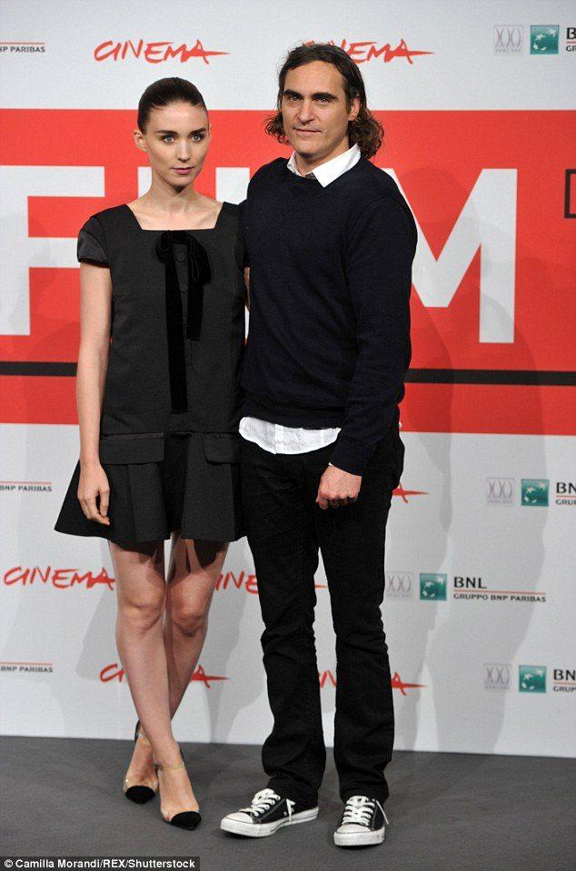 Joaquin Phoenix et Rooney Mara se sont rencontré sur le tournage de Mary Magdalene et ne se quittent plus depuis.