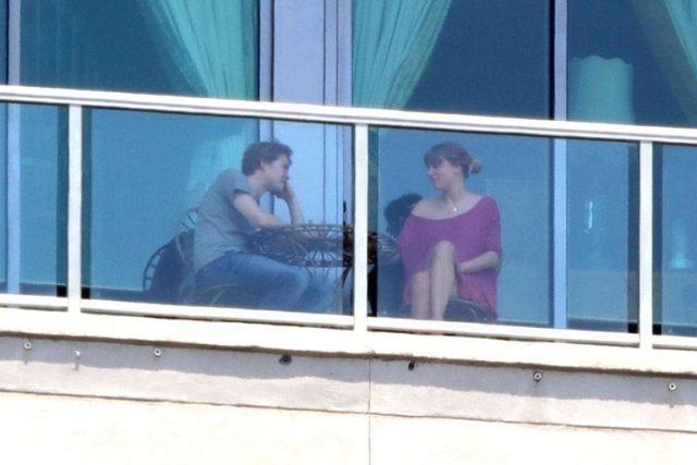 Après de nombreuses relations, Taylor Swift serait officiellement en couple avec l'acteur inconnu Joe Alwyn et tente de rester discrète.