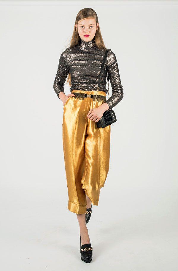 Comment porter le pantalon en satin au-delà des fêtes ? - 3