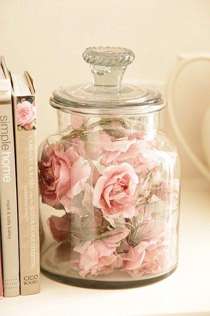 Quelques fleurs ou pétales joliment disposées ici et là.