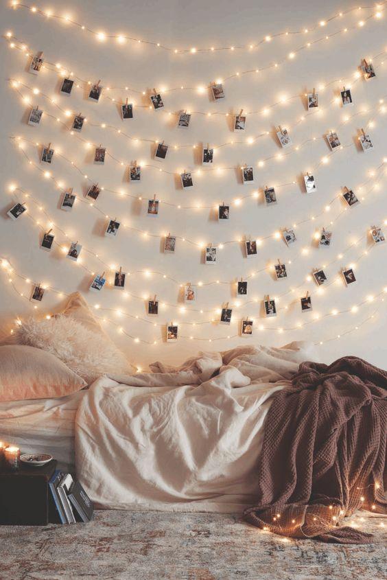 Si vous n'avez pas de feu ouvert dans votre chambre à coucher et que vous avez peur d'y mettre le feu avec des bougies, optez pour quelques jolies guirlandes lumineuses disposées au-dessus du lit, sur les meubles ou suspendues aux murs.