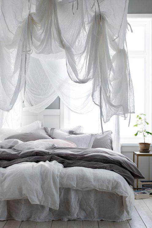 Improvisez un lit à baldaquins en ajoutant des voilages ou des morceaux de tissus fins et translucides par-dessus et tout autour du lit.
