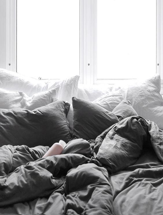 Ajoutez un max d'oreillers moelleux, de couettes fluffy et surtout laissez les draps sans dessus dessous histoire d'avoir envie de s'y jeter.