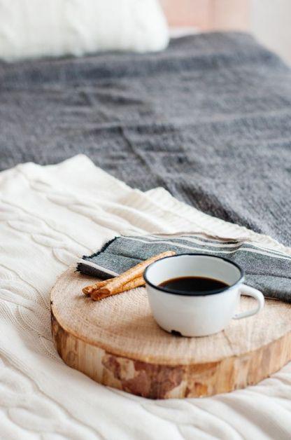 photo d'un tabouret en bois clair avec une tasse de café