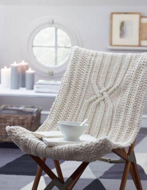 chaise avec une housse en tricot