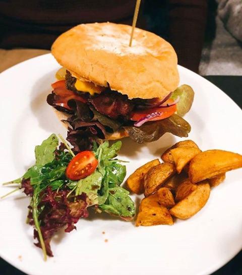 Chez Bichon: le nouveau resto de burgers à la cool