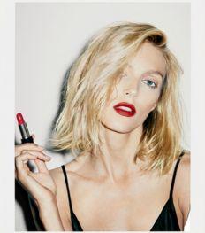 Anja Rubik avec un rouge à lèvres