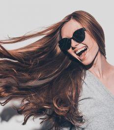 6 conseils de coiffeur pour des cheveux doux et brillants tout l'été