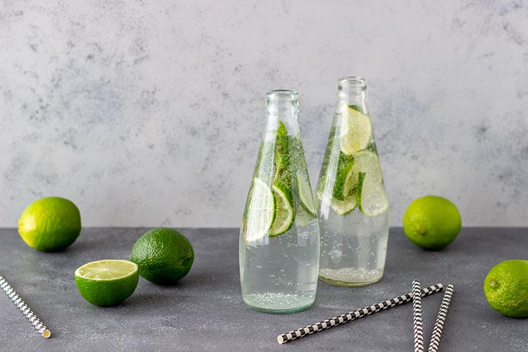 Recette d'eau fruitée à base de citrons et menthe.