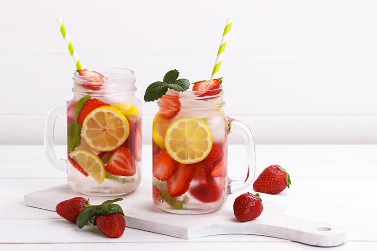 Recette d'eau fruitée à base de fraises, menthe et citron.
