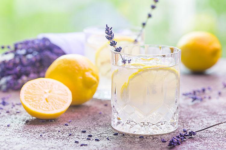 Recette d'eau fruitée à base de citron et lavande.