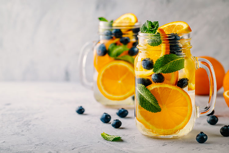Recette d'eau fruitée à base d'orange menthe et myrtilles.