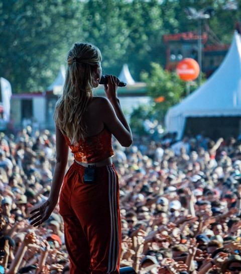 GUEST WHAT : L'interview «Festivals» avec Angèle