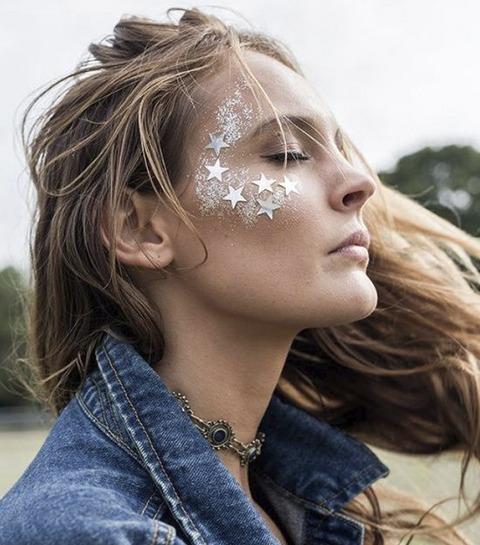 Glitter mania: 25 beauty looks à paillettes pour briller en festival