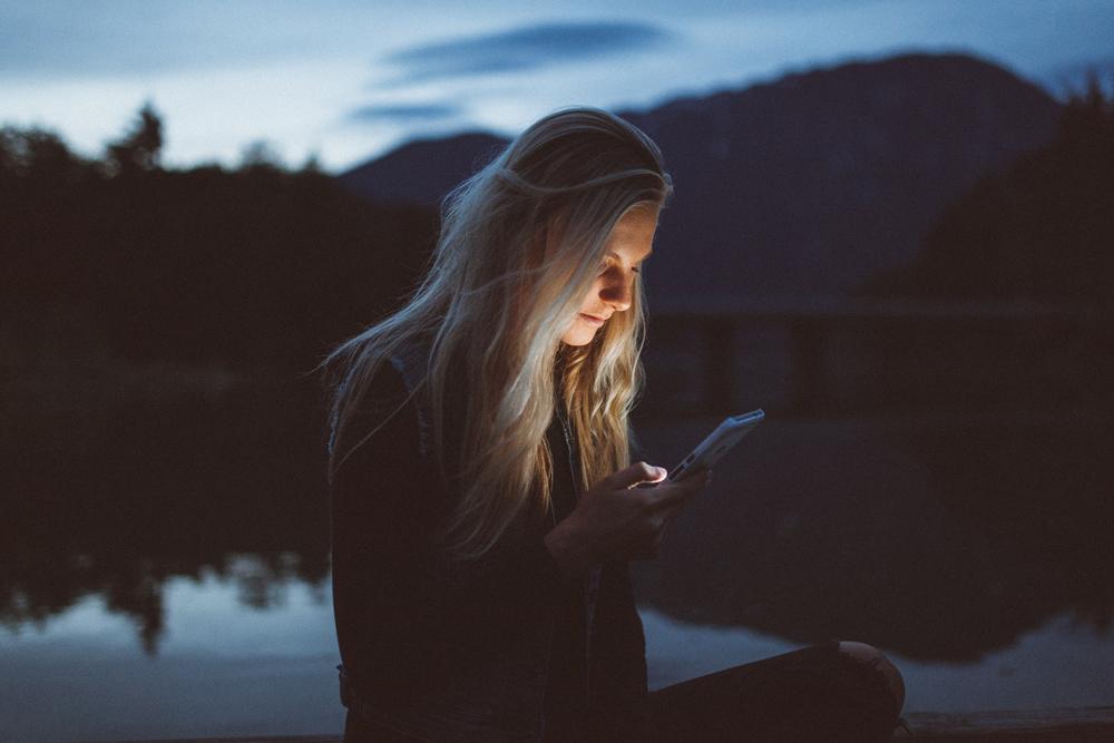 femme téléphone réseaux sociaux