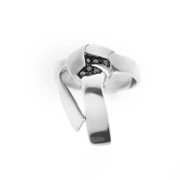 L'OMBRE-ring-+-Black-Diamonds-Silver-925–Photo-Julien-Claessens