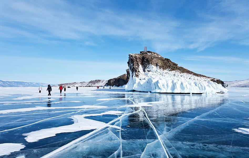 Le lac Baïkal en Russie complètement gelé en plein hiver.