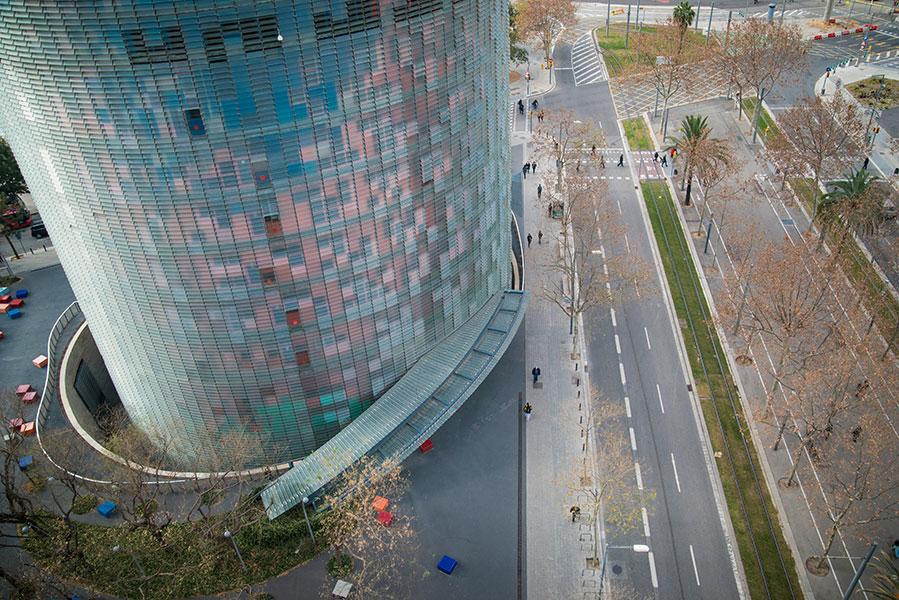 Cette tour de bureaux de 38 étages n'est pas si impressionnante la journée, mais à la nuit tombée, elle s'illumine et devient absolument époustouflante!