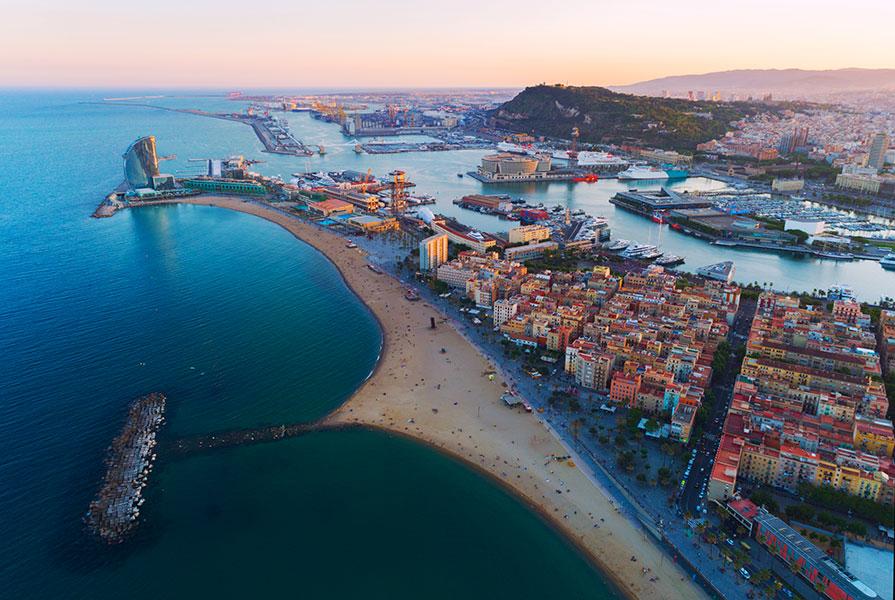 La balade dure 4 heures en tout et elle vous permettra de découvrir les principaux sites de Barcelone depuis trois points de vue différents – depuis le sol, la mer et bien sûr les airs.