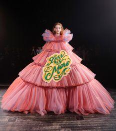 Paris Haute-Couture : Viktor & Rolf, la mode à slogans