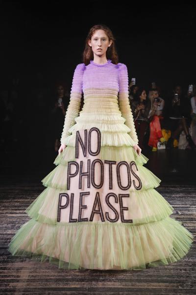 Paris Haute-Couture : Viktor & Rolf, la mode à slogans - 17