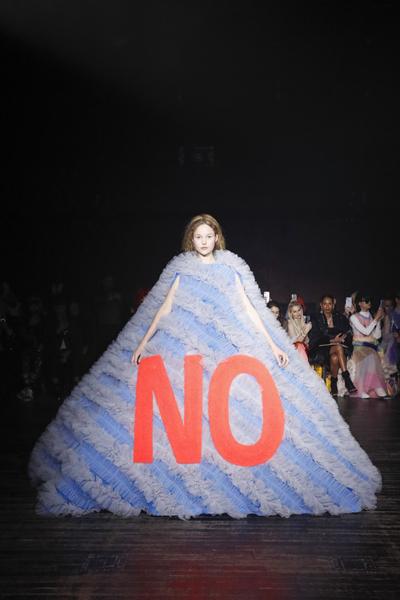 Paris Haute-Couture : Viktor & Rolf, la mode à slogans - 11
