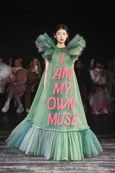 Paris Haute-Couture : Viktor & Rolf, la mode à slogans - 10