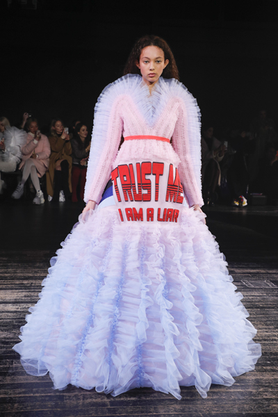 Paris Haute-Couture : Viktor & Rolf, la mode à slogans - 13