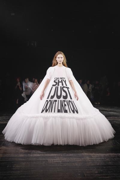 Paris Haute-Couture : Viktor & Rolf, la mode à slogans - 6