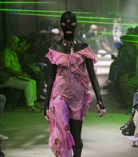 Fashion week et avant-garde : le show fetish au laser de Marine Serre