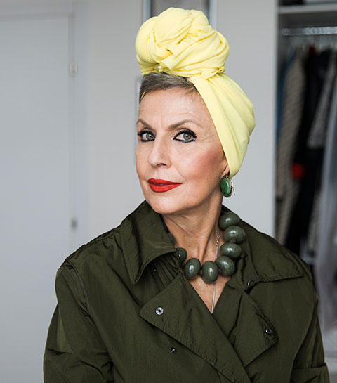 Photo d'une femme d'âge mûre portant un turban jaune.